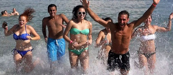 Summer School for Juniors in Lignano, students running out of the sea
